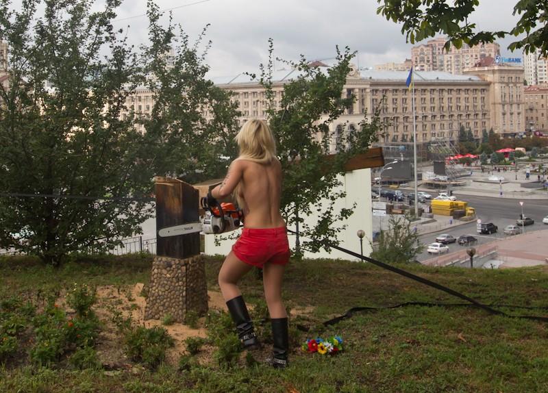 FEMENки спиляли хрест
